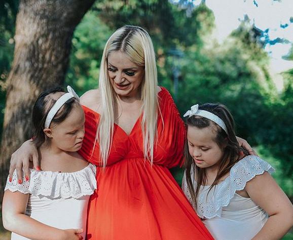 Sara sa ćerkama