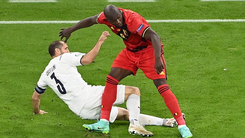 Starcie Giorgio Chielliniego (L) z Romelu Lukaku (P) podczas meczu Belgii z Włochami