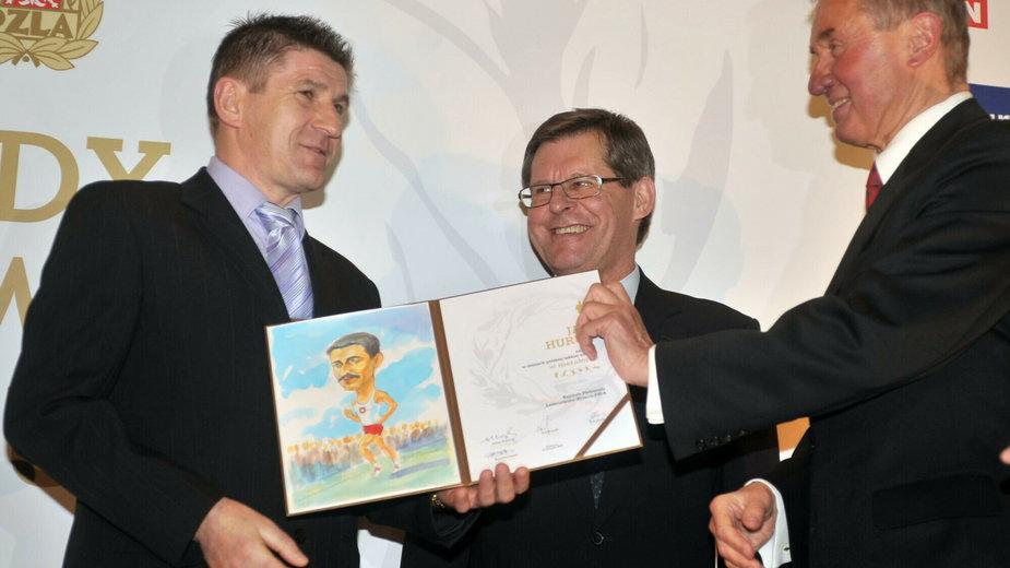 Jan Huruk (po lewej) odbiera nagrodę w plebiscycie Najlepszych Lekkoatletów 90 - lecia