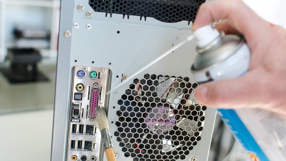 Komputer można wyczyścić sprężonym powietrzem - thodonal/stock.adobe.com