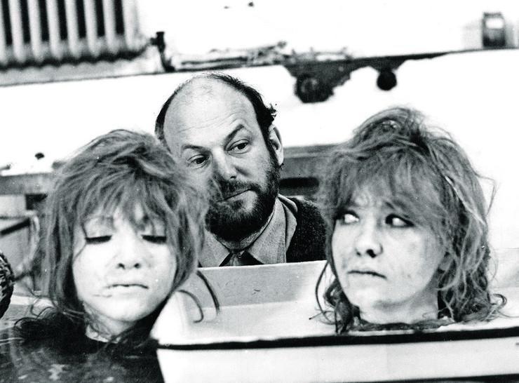 "Dušan Makavejev i Milena Dravić na snimanju filma ""W. R. Misterije organizma"" (1971), jednog od značajnijih dela evropske i svetske kinematografije druge polovine 20 veka. Kod nas je ""odbunkerisan"" tek 1986. godine"