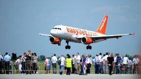 Pasażerowie easyJet głosowali, czy samolot ma lecieć z… uszkodzonym silnikiem