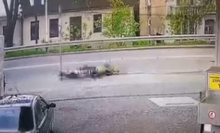 Motycyklista uderzył o znak drogowy