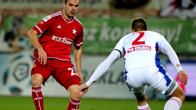 Zawodnik Górnika Zabrze Bartosz Kopacz (P) walczy o piłkę z Pawłem Brożkiem (L) z Wisły Kraków