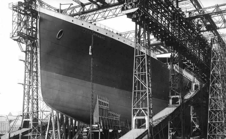 Titanic w doku stoczni Harland and Wolff w Belfaście w Irlandii Północnej