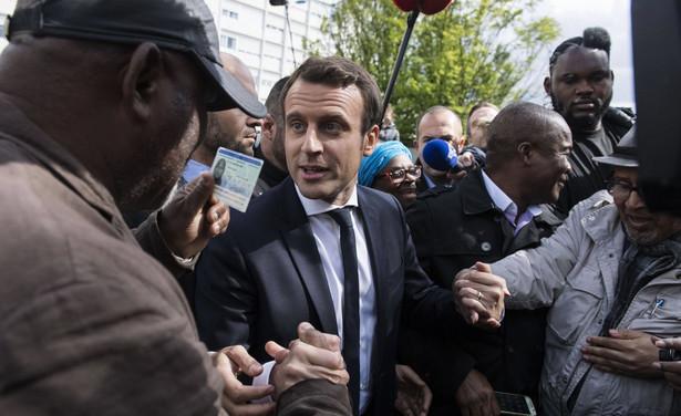 """Emmanuel Macron w opublikowanym w czwartek wywiadzie dla dziennika """"Voix du Nord"""" powiedział m.in., że jeśli zostanie prezydentem, opowie się za sankcjami UE wobec Polski, która """"naruszyła wszystkie zasady Unii""""."""