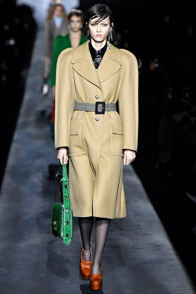 Pariska nedelja mode. Model iz kolekcije modne kuće
