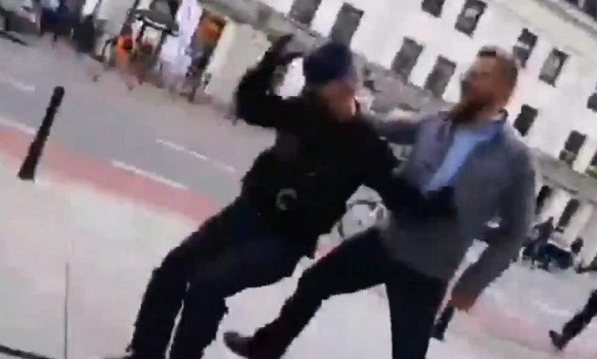 Tak Tanajno atakował policjantów