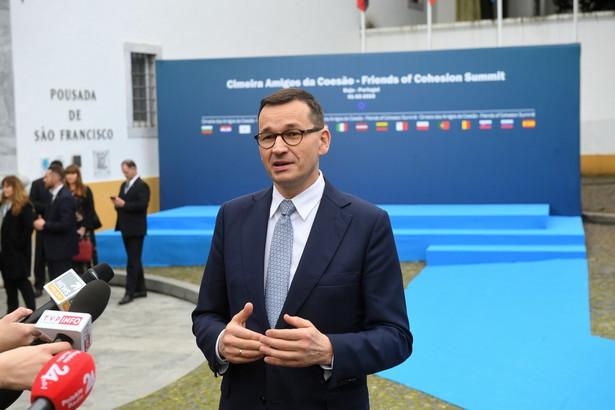 """""""Wielu Polaków zadaje dziś sobie pytanie, czy w obliczu epidemii, która w Chinach panuje, są bezpieczni. Chcemy podkreślić, że to bezpieczeństwo jest; jesteśmy bezpieczni"""" – powiedział szef rządu na wspólnej konferencji z ministrem zdrowia Łukaszem Szumowskim i szefem resortu obrony narodowej Mariuszem Błaszczakiem."""