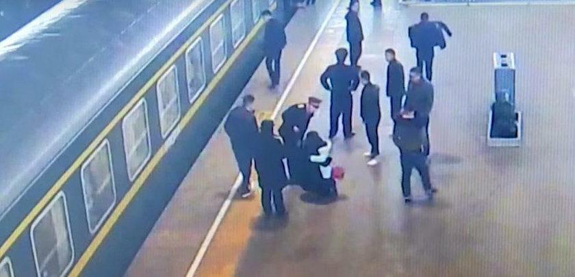 Dziecko wpadło na tory. Reakcja pasażerów była błyskawiczna
