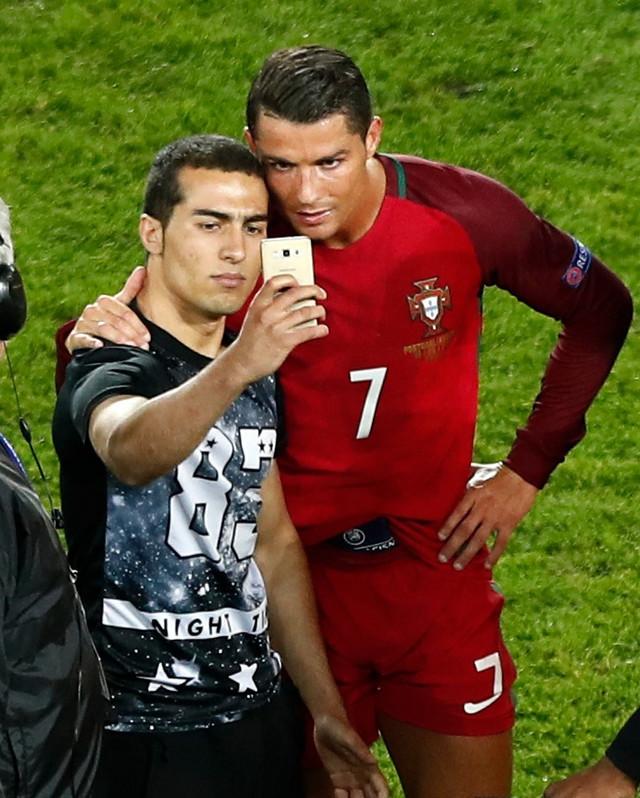 Detalj zbog kojeg je UEFA pokrenula postupak: Ronaldo sa navijačem
