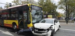 Autobus miażdżył osobówki we Wrocławiu! Są ranni!