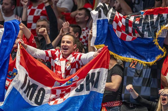 NIKAD SMELIJA, ORIGINALNIJA I RUŽNIJA (?) POJAVA Pogledajte navijača Hrvatske o kome priča čitava planeta, ovako nešto sa ŠAHOVNICOM nije viđeno dosad! /FOTO/