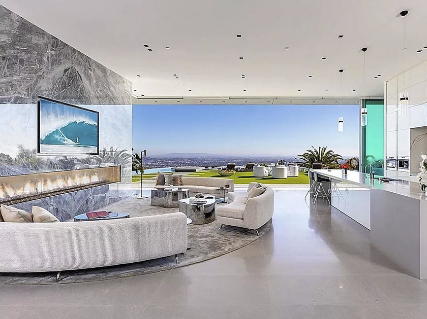 LeBron James kupił willę w Hollywood za 52 mlns then cross the floating bridge to breathtaking living and dining rooms with massive marble fireplaces. Floor-to-ceiling glass walls provide explosive views