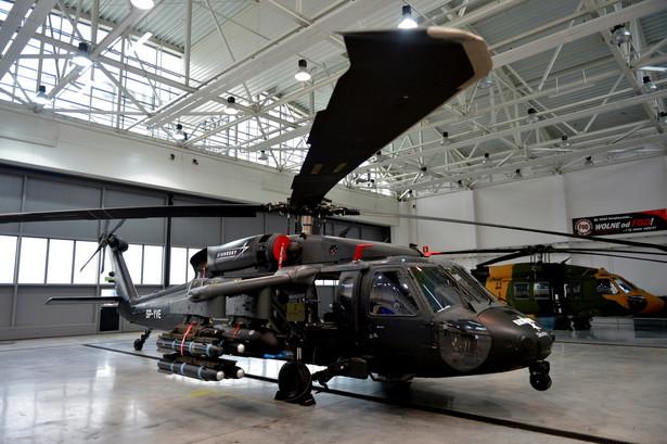Przetarg na wielozadaniowe śmigłowce dla wojska rozpisano wiosną 2012 r. W kwietniu ub.r. MON do końcowego etapu zakwalifikowało ofertę Airbus Helicopters z maszyną H225M Caracal. MON podało wówczas, że tylko ta oferta spełniała wymogi formalne. Oferty konkurencji odrzucono m.in. ze względu na zbyt odległy termin dostawy (śmigłowce AW149 oferowane przez WSK-PZL Świdnik będące własnością Leonardo) i brak uzbrojenia (Black Hawk w wersji eksportowej, które oferowało PZL Mielec należące do amerykańskiej firmy Sikorsky). 30 września 2015 r. rozpoczęły się negocjacje umowy offsetowej, której podpisanie było warunkiem zawarcia kontraktu z Airbus Helicopters.