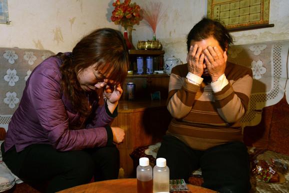 Majka (levo) i baka petogodišnje devojčice koja je umrla od posledica trovanja