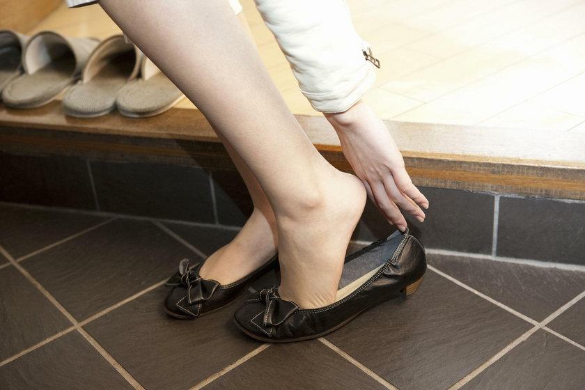Zdejmowanie butów w gościach. Kiedy powinniśmy zdjąć buty w gościach?
