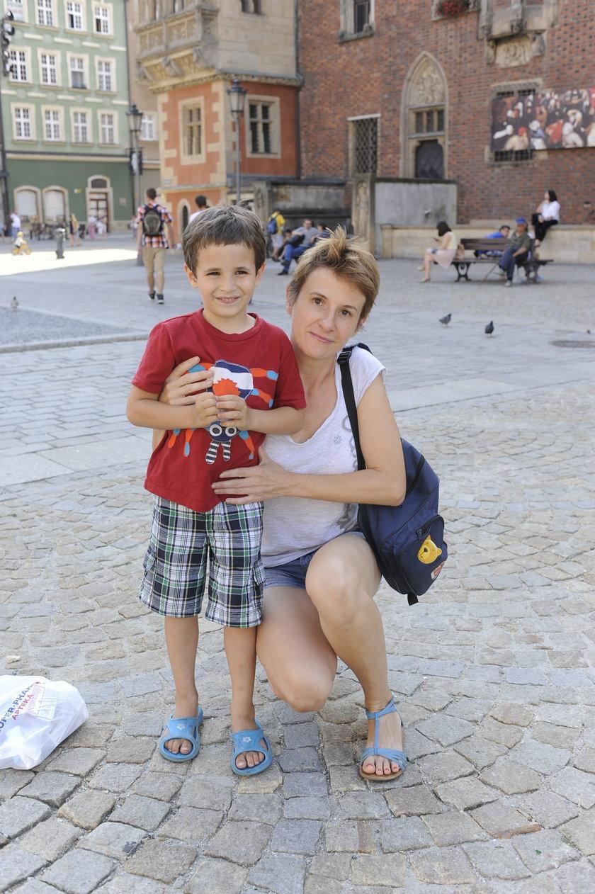 Kobieta z dzieckiem we wrocławskim Rynku