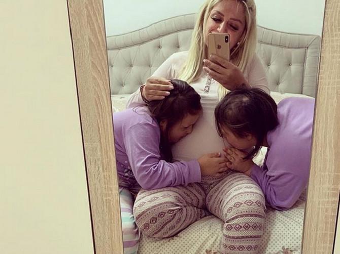 Mama Sara je van sebe od sreće zbog rođenja ćerkice: Kad čujete kako su Irma i Ilda reagovale na mlađu sestricu, RAZGALIĆETE SE POTPUNO
