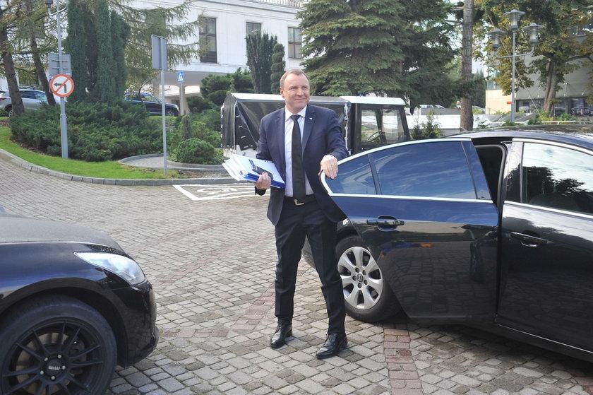 Limuzyny TVP jak taksówki. Woziły dzieci Kurskiego i kochanki!