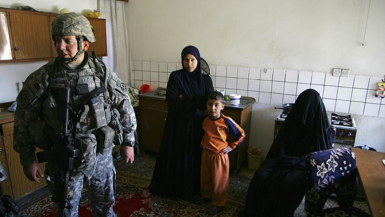 Domy mieszkańców irackiej stolicy są często wizytowane przez amerykańskie wojska. Podczas tych wizyt Irakijczycy są przesłuchiwani lub zatrzymywani, a ich domy przeszukiwane. Często odbywa się to nocą