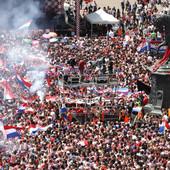 """VIŠE OD 300.000 HRVATA POZDRAVILO """"VATRENE"""" Spektakularno slavlje u Zagrebu, najbolji fudbaler Mundijala sa bakljom /VIDEO/"""
