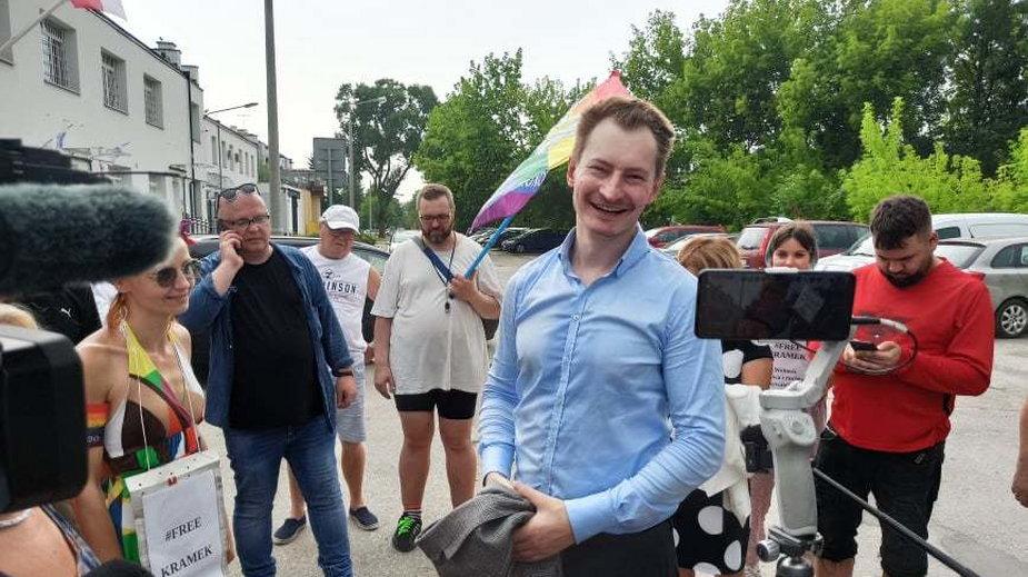 Bartosz Kramek w chwilę po wyjściu z Aresztu Śledczego w Lublinie