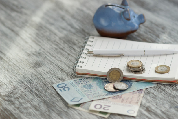 Rośnie płaca minimalna i stawka godzinowa Przede wszystkim od 2018 roku wzrosła zarówno płaca minimalna pracowników na etacie, jak i najniższa stawka godzinowa zleceniobiorców. Już od 2017 roku wzrosła najniższa płaca dla wszystkich pracowników zatrudnionych na podstawie umowy o pracę i od stycznia wynosi ona 2000 zł brutto. Od 1 stycznia 2018 roku płaca minimalna wzrosła o 100 zł i wynosi 2100 zł. Podwyżka płacy minimalnej oznacza jednocześnie, że wzrosły też świadczenia z nią powiązane, w tym odprawa z tytułu zwolnień grupowych, odszkodowanie z tytułu mobbingu lub dyskryminacji oraz dodatek za pracę w nocy. Tu dowiesz się dokładnie, jakie świadczenia wzrosły z płacą minimalną w 2018 roku>> Z płacą minimalną powiązana jest obowiązująca od roku minimalna stawka godzinowa, która ustawowo wynosi 12 zł brutto, po waloryzacji powiązanej z podwyżką pensji minimalnej, w 2017 roku wyniosła około 13 zł. Od 2018 roku wzrosła do 13,70 zł, czyli o 0,70 gr więcej niż obecnie.