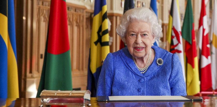 Królowa wspiera chorego męża - pokazała się z broszką, którą nosiła w czasie podróży poślubnej
