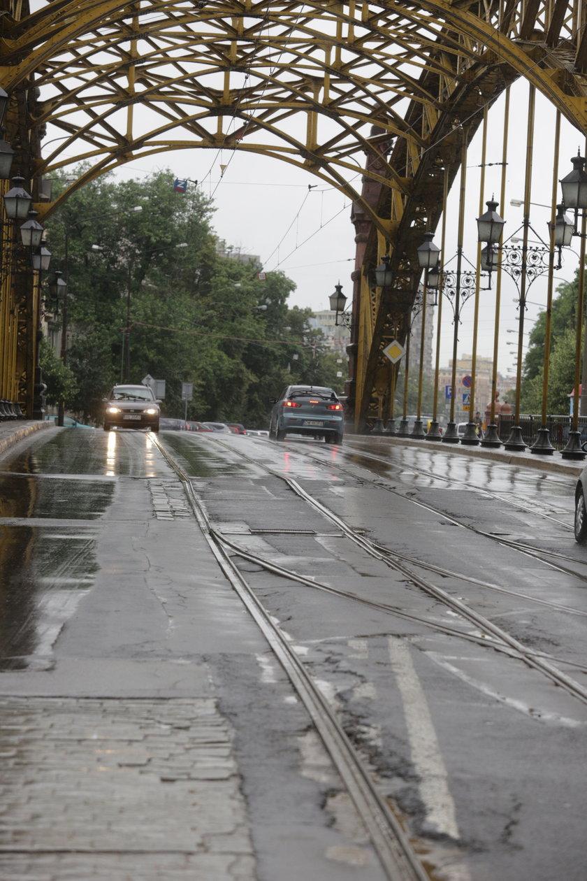 Zniszczona jezdnia na Moście Zwierzynieckim
