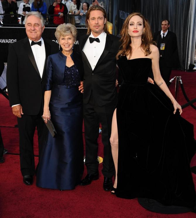 Na dodeli Oskara 2012. u Los Anđelesu sa Bredom Pitom i njegovim rodietljima