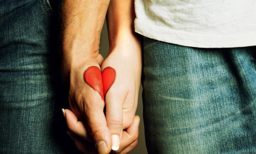 Kobieta i mężczyzna trzymają się za ręce
