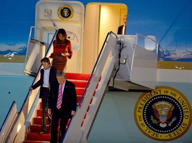 BEZ ZADRŠKE I GLEDANJA KROZ PRSTE Da li se Melanija Tramp zaista DOBRO oblači?