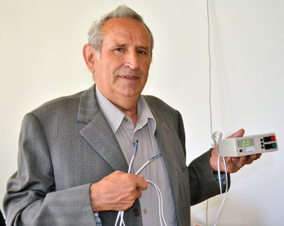 Gradimir Gligorić sa uređajem za hlađenje i prečišćavanje vazduha