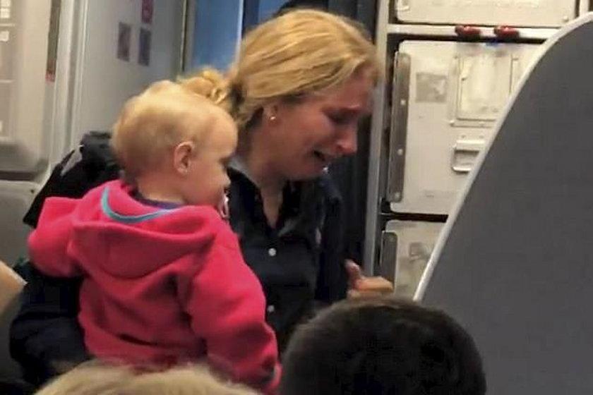 Szarpanina na pokładzie samolotu. Omal nie uderzył dziecka!