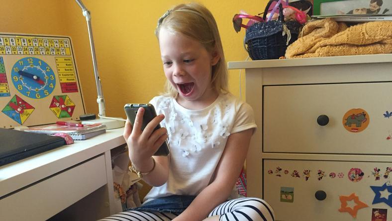 A másodikos Hanna nagyon megörült, amikor végre megkapta a vágyott telefont