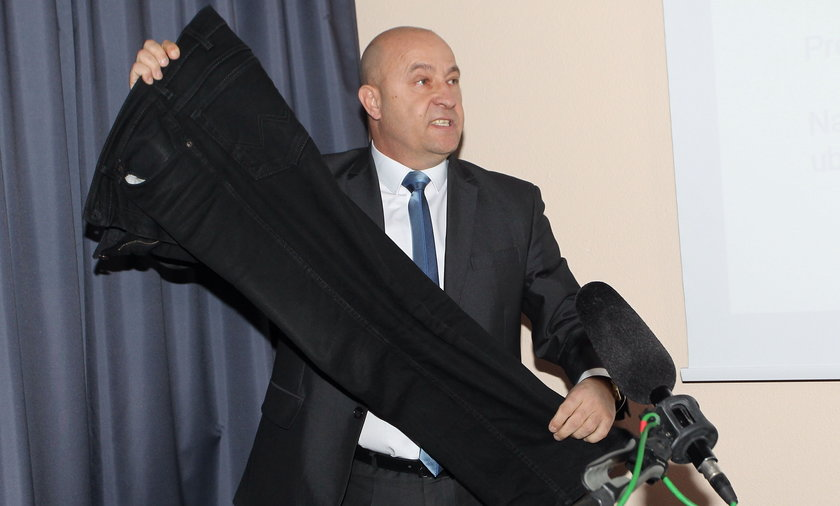 Kazimierz Greń pokazuje spodnie