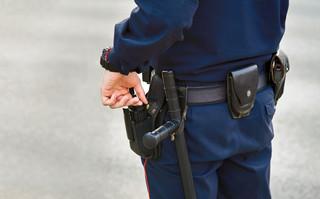 Głogów. Kobieta uderzona pałką przez policjanta usłyszała zarzut znieważenia i naruszenia nietykalności funkcjonariuszy