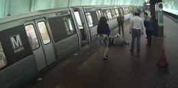 Uratowali niewidomego, który spadł z peronu