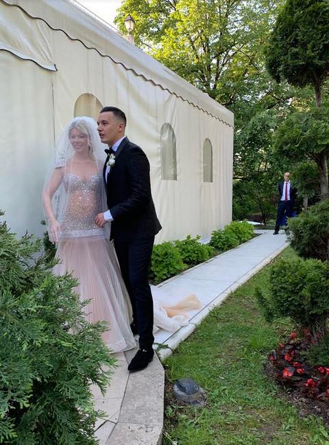 Danijela i Ivan stigli na svadbenu proslavu u DRUGOM izdanju: Njena venčanica ostavlja bez daha! FOTO