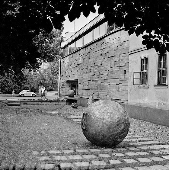 Teren wystawowy przed Miejskim Pawilonem Wystawowym w Krakowie,  lata 60. XX wieku