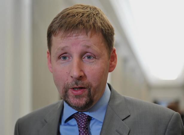 """""""Dlatego z głęboką przykrością przyjmujemy to, że rząd PO i PSL tak naprawdę chciał uczynić z młodych Polaków ludzi umięśnionych, ale niespecjalnie wykształconych i wyedukowanych"""" - stwierdził Migalski."""
