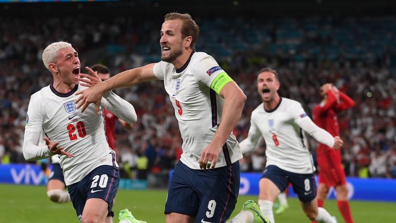 Harry Kane (C) celebrujący gola na 2:1 w meczu półfinałowym z Danią