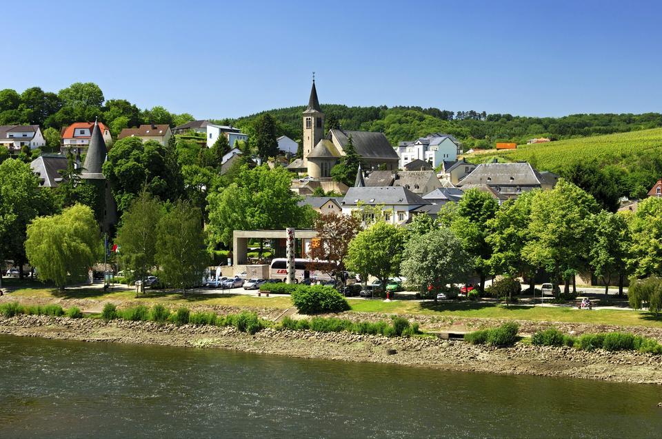 Rzeka Mozela. W tle widok na Schengen