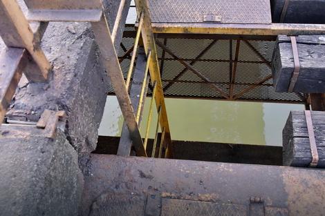 Servisni otvor na mostu kroz koji je Barbara pala u vodu