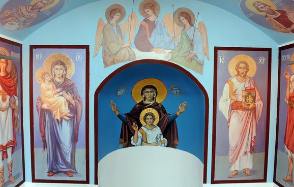 Unutrašnjost crkve je ikonopisao Tomislav Stoiljković iz Niške Banje