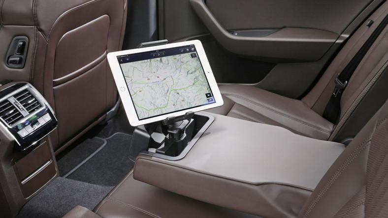 Na tylnej kanapie mnóstwo miejsca i praktyczny uchwyt na tablet - rozwiązanie ułatwi pracę w czasie podróży...Skoda przewidziała też do nowego superba kombi komfortowe zawieszenie - po dopłaceniu ok. 4 tys. zł będzie można mieć układ Dynamic Chassis Control DCC, dzięki któremu resorowanie ma być harmonijne niczym w autach Mercedesa (jednym przyciskiem kierowca może ustawić tryb normalny, sportowy lub komfortowy).