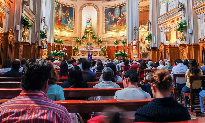 """Biskupi zachęcają do uczestnictwa we mszy świętej z """"zachowaniem troski o zdrowie""""."""