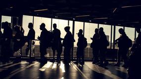 Z jakiego powodu ludzie stoją w kolejkach na lotnisku nawet kilka godzin przed odlotem samolotu?