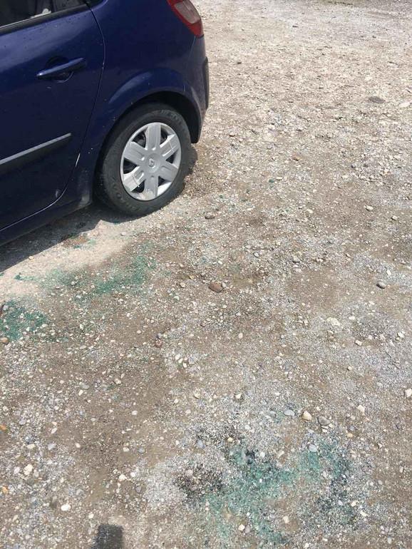 Na kolima je razbijen prozor, a šteta je oko 2.000 evra